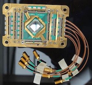 651px-D-Wave_Two_512_qubit_Vesuvius_chip.jpg
